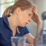 女性の薄毛の原因はホルモン異常?遺伝や更年期?原因をしっかりと解説します。